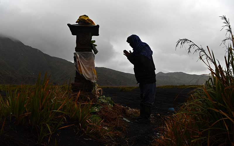 Masyarakat Suku Tengger berdoa usai mengambil air suci di Goa Widodaren di kawasan Gunung Bromo, Probolinggo, Jawa Timur, Senin (6/7/2020). Ritual berdoa dan ambil air suci tersebut merupakan rangkaian perayaan Yadnya Kasada bagi masyarakat Suku Tengger. ANTARA FOTO/Zabur Karuru