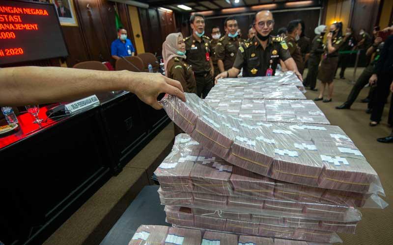 Petugas menata barang bukti berupa uang sitaan di kantor Kejaksaan Agung (Kejagung), Jakarta, Selasa (7/7/2020). ANTARA FOTO/Aditya Pradana Putra
