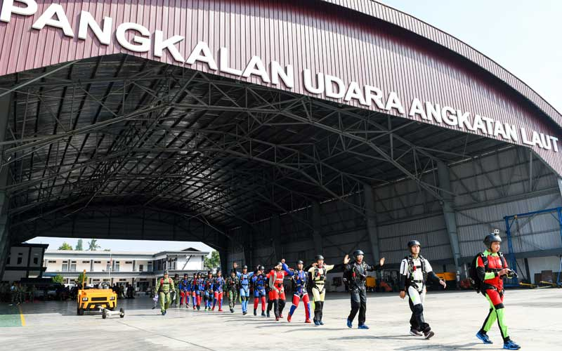 Sejumlah prajurit Batalyon Intai Amfibi (Yon Taifib) 1 Korps Marinir TNI-AL bersiap memasuki pesawat udara Cassa NC-212 U-6205 Skuadron Udara 600 Wing Udara 2 Puspenerbal untuk mengikuti terjun bebas (free fall) di Pangkalan Udara TNI Angkatan Laut (Lanudal) Jakarta, Pondok Cabe, Tangerang Selatan, Banten, Selasa (7/7/2020). ANTARA FOTO/M Risyal Hidayat