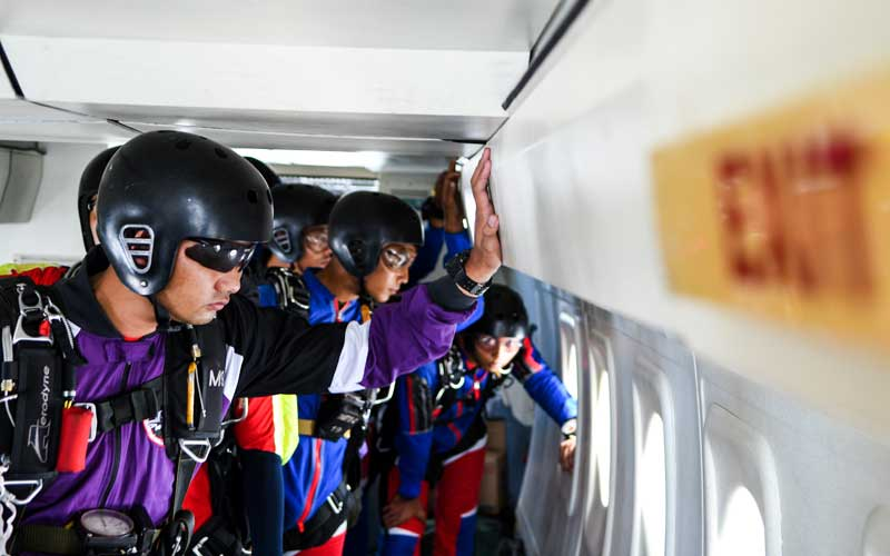 Sejumlah prajurit Batalyon Intai Amfibi (Yon Taifib) 1 Korps Marinir TNI-AL bersiap melakukan terjun bebas (free fall) dari pesawat udara Cassa NC-212 U-6205 Skuadron Udara 600 Wing Udara 2 Puspenerbal di atas Pangkalan Udara TNI Angkatan Laut (Lanudal) Jakarta, Pondok Cabe, Tangerang Selatan, Banten, Selasa (7/7/2020). ANTARA FOTO/M Risyal Hidayat