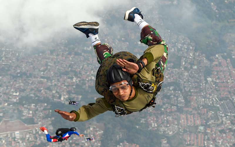 Sejumlah prajurit Batalyon Intai Amfibi (Yon Taifib) 1 Korps Marinir TNI-AL melakukan terjun bebas (free fall) dari pesawat udara Cassa NC-212 U-6205 Skuadron Udara 600 Wing Udara 2 Puspenerbal di atas Pangkalan Udara TNI Angkatan Laut (Lanudal) Jakarta, Pondok Cabe, Tangerang Selatan, Banten, Selasa (7/7/2020). ANTARA FOTO/M Risyal Hidayat