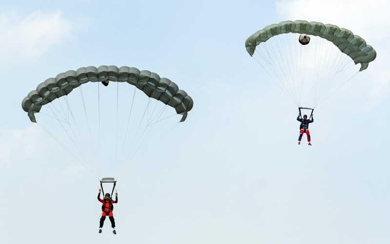 Prajurit Batalyon Intai Amfibi (Yon Taifib) 1 Korps Marinir TNI-AL melakukan terjun bebas (free fall) dari pesawat udara Cassa NC-212 U-6205 Skuadron Udara 600 Wing Udara 2 Puspenerbal di atas Pangkalan Udara TNI Angkatan Laut (Lanudal) Jakarta, Pondok Cabe, Tangerang Selatan, Banten, Selasa (7/7/2020). ANTARA FOTO/M Risyal Hidayat