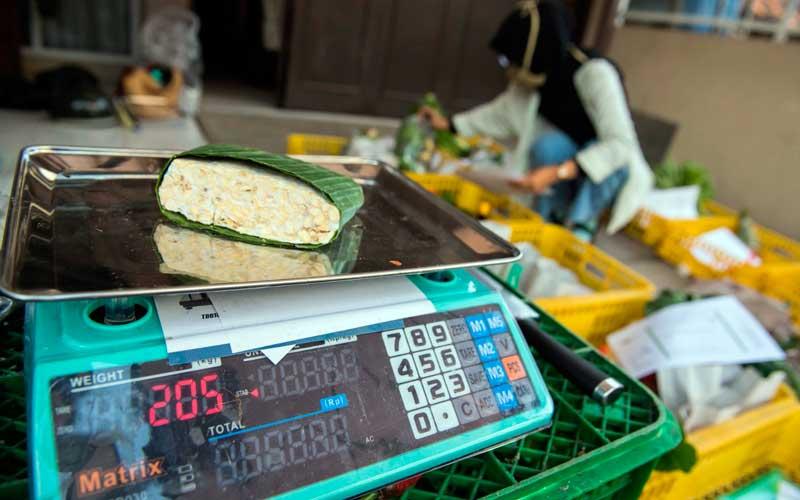 Pekerja memeriksa jumlah pesanan komoditi pangan daring tokosampurna.com di kota Cimahi, Jawa Barat, Kamis (9/7/2020). ANTARA FOTO/M Agung Rajasa