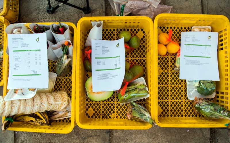 Pekerja memisahkan komoditi pangan rumah tangga sebelum pengemasan di tokosampurna.com di kota Cimahi, Jawa Barat, Kamis (9/7/2020). ANTARA FOTO/M Agung Rajasa