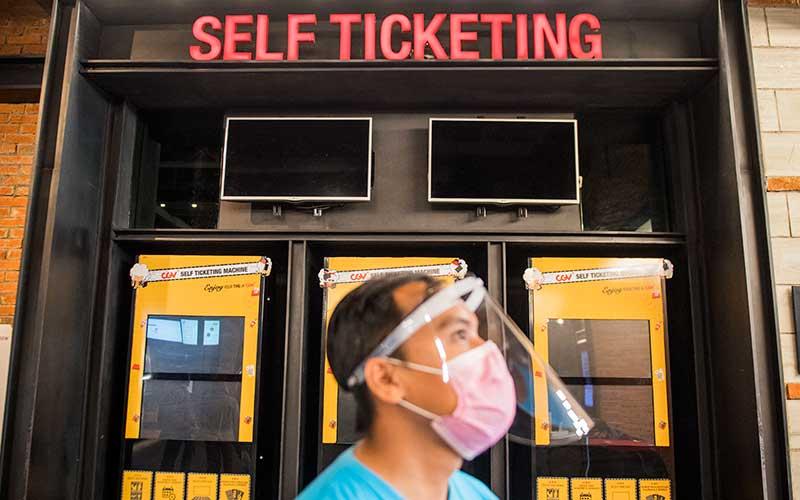 Pekerja menggunakan alat pelindung wajah saat simulasi pembukaan dan peninjauan tempat hiburan bioskop CGV Cinemas di Bandung Electronic Center (BEC), Bandung, Jawa Barat, Kamis (9/7/2020). ANTARA FOTO/M Agung Rajasa