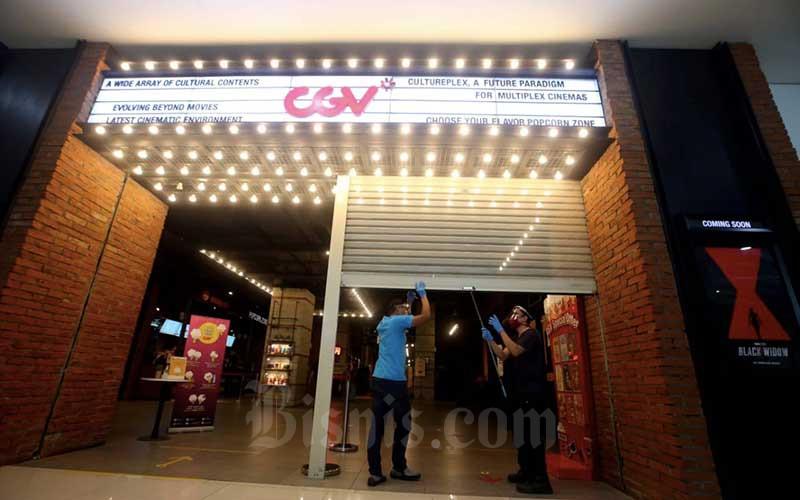 Karyawan menutup kembali pintu masuk usai dilakukan peninjauan oleh Tim Gugus Tugas Percepatan Penanganan Covid-19 Kota Bandung di bioskop CGV Mal Bandung Electronic Centre (BEC), Bandung, Jawa Barat, Kamis (9/7/2020). Bisnis/Rachmann