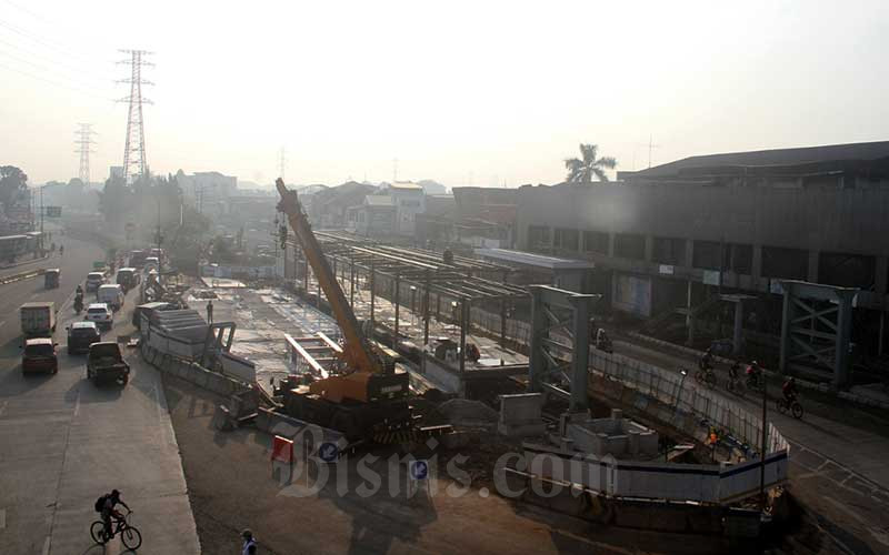 Suasana pembangunan halte Transjakarta di area proyek Lintas Bawah Senen Extension di Jakarta, Sabtu (11/7/2020). Proyek tersebut nantinya akan menghubungkan Jalan Soeprapto dengan Jalan Senen Raya. Berdasarkan situs APBD DKI Jakarta, Proyek yang ditargetkan selesai pada Desember 2020 ini menelan anggaran Rp121,2 miliar. Bisnis/Arief Hermawan P