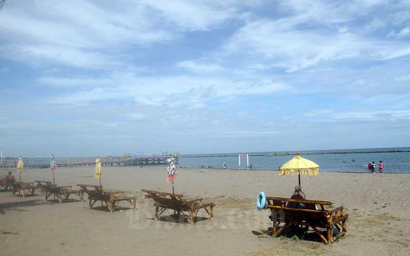 Suasana kawasan wisata yang sepi pengunjung di Pantai Akkarena ngMakassar, Sulawesi Selatan, Sabtu (11/7/2020). Saat kenormalan baru saat ini sejumlah tempat wisata, mal dan rumah makan telah dibuka kembali namun masih sepi dari pengunjung.