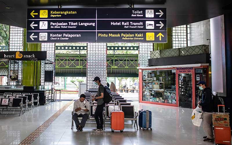 Sejumlah calon penumpang duduk di ruang tunggu Stasiun Gambir, Jakarta, Sabtu (11/7/2020). PT Kereta Api Indonesia (KAI) (Persero) kembali menambah lima perjalanan kereta api (KA) jarak jauh untuk tujuan Bandung, Cirebon dan Surabaya yang diberangkatkan dari Stasiun Gambir dan Pasar Senen pada hari Jumat, Sabtu, dan Minggu. ANTARA FOTO/Aprillio Akbar