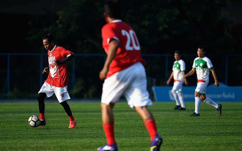 Pesepak bola Garuda Indonesia Rochy Putiray (kiri) menggocek bola dalam pertandingan persahabatan melawan Primavera-Baretti Indonesia di Jakarta, Sabtu (11/7/2020). ANTARA FOTO/Puspa Perwitasari