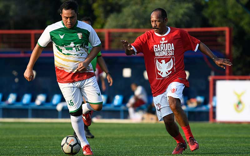 Pesepak bola Primavera-Baretti Indonesia Gendut Dony Christiawan (kiri) berebut bola dengan pesepak bola Garuda Indonesia Luis Muhidin (kanan) dalam pertandingan persahabatan di Jakarta, Sabtu, (11/7/2020). ANTARA FOTO/Puspa Perwitasari