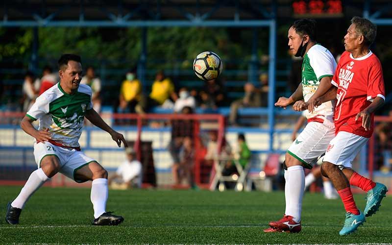 Pesepak bola Primavera-Baretti Indonesia Rachmat Afandi (kiri) dan Gendut Dony Christiawan (kedua kanan) berebut bola dengan pesepak bola Garuda Indonesia dalam pertandingan persahabatan di Jakarta, Sabtu (11/7/2020). ANTARA FOTO/Puspa Perwitasari