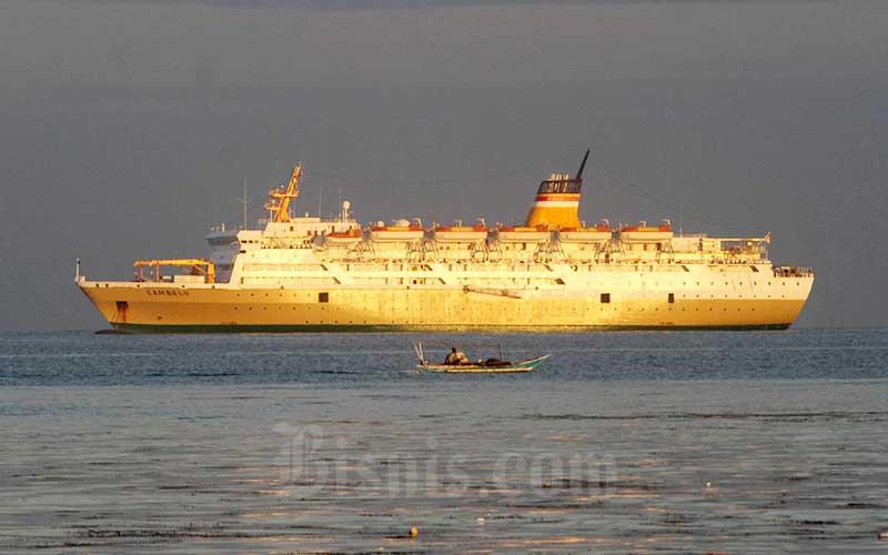 Kapal Motor (KM) Lambelu lagi lego jangkar didekat Pelabuhan Makassar, Sulawesi Selatan, Minggu (12/7/2020). Bisnis/Paulus Tandi Bone