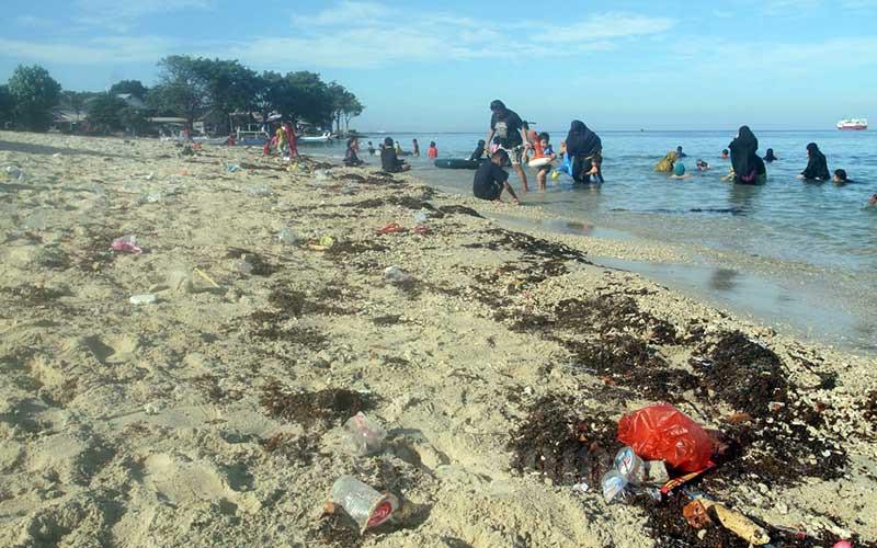 Tumpukan sampah plastik terlihat di pantai Pulau Lae-Lae Makassar, Sulawesi Selatan, Minggu (12/7/2020). Berdasar data dari Indonesia National Plastic Action Partnership yang dirilis bulan April, setiap tahunnya Indonesia menghasilkan 6,8 juta ton sampah plastik dan 9 persennya atau sekitar 620 ribu ton masuk ke sungai, danau dan laut. Bisnis/Paulus Tandi Bone