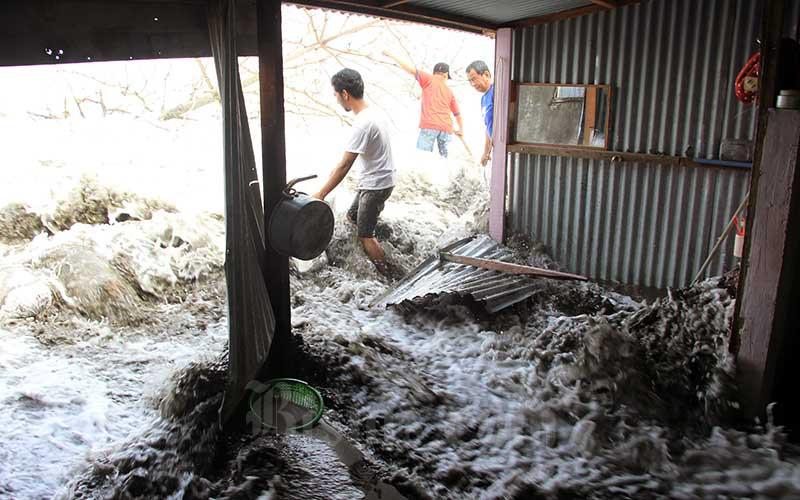 Warga membenahi rumahnya yang rusak akibat dihantam gelombang pasang di Desa Gampong Belakang, Kecamatan Johan Pahlawan, Aceh Barat, Aceh, Minggu (12/7/2020). ANTARA FOTO/Syifa Yulinnas