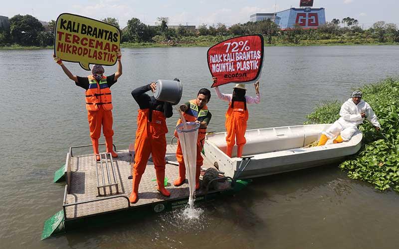 Aktivis lingkungan hidup dari Ecological Observation and Wetlands Conservation (Ecoton) menyaring air sungai Brantas untuk mengukur kandungan mikroplastik di Kota Kediri, Jawa Timur, Minggu (12/7/2020). ANTARA FOTO/Prasetia Fauzani