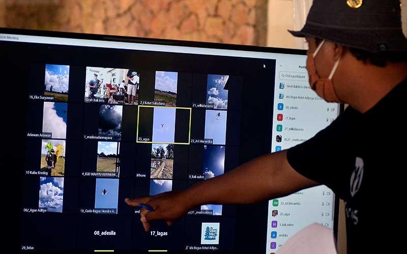 Juri melakukan penilaian secara daring terhadap layang-layang yang diterbangkan peserta saat Lomba Layangan Virtual di Sanur, Denpasar, Bali, Minggu (12/7/2020). ANTARA FOTO/Fikri Yusuf