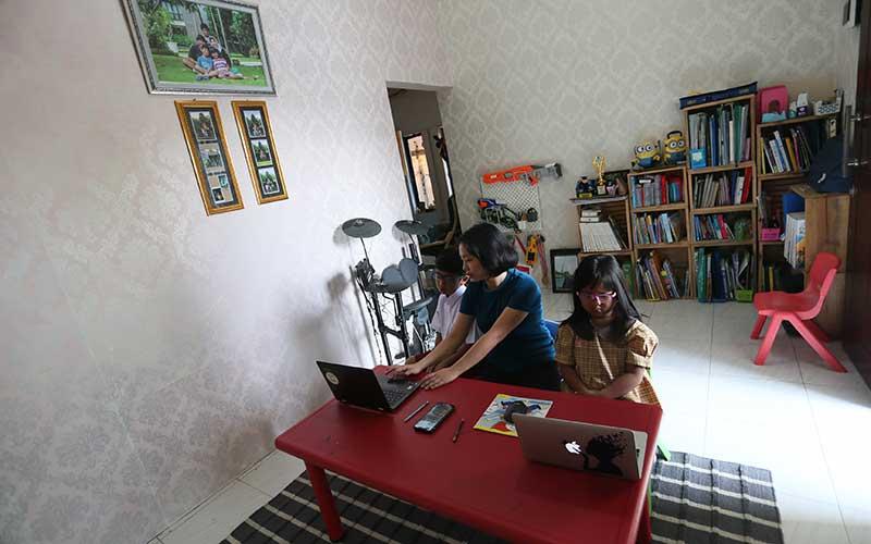 Orangtua murid mendampingi anaknya yang merupakan peserta didik baru tingkat Sekolah Dasar (SD) dan Taman Kanak-kanak saat mengikuti Masa Pengenalan Lingkungan Sekolah (MPLS) secara daring dari rumahnya di Blitar, Jawa Timur, Senin (13/7/2020). ANTARA FOTO/Irfan Anshori