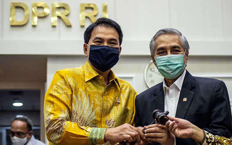 Wakil Ketua DPR Azis Syamsuddin (kiri) berfoto bersama pejabat baru Wakil Ketua Badan Legislasi (Baleg) DPR M Nurdin (kanan) usai pelantikan di Kompleks Parlemen, Senayan, Jakarta, Senin (13/7/2020). Anggota DPR Fraksi PDI Perjuangan M Nurdin resmi menggantikan posisi Rieke Diah Pitaloka sebagai Wakil Ketua Baleg DPR. ANTARA FOTO/Aprillio Akbar