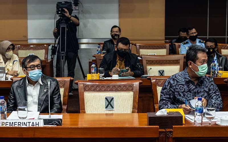 Menkumham Yasonna Laoly (kiri) bersama Wakil Menteri Pertahanan Sakti Wahyu Trenggono (kanan) bersiap mengikuti rapat kerja dengan Komisi I DPR di Kompleks Parlemen, Senayan, Jakarta, Senin (13/7/2020). ANTARA FOTO/Aprillio Akbar
