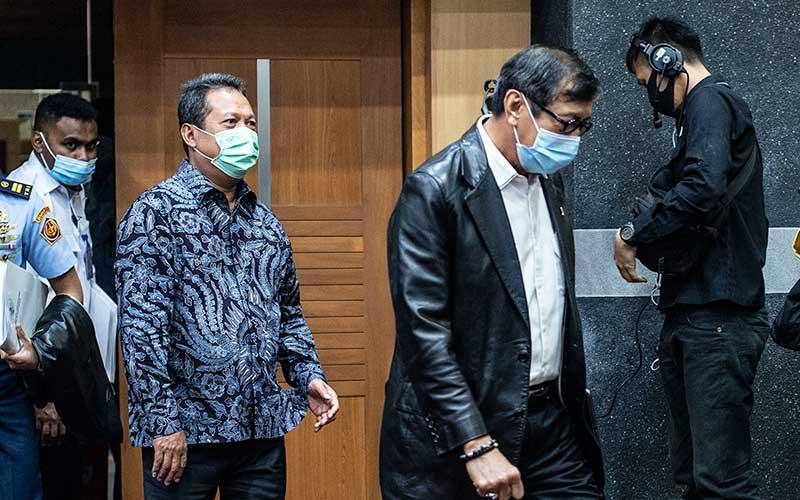 Menkumham Yasonna Laoly (kedua kanan) bersama Wakil Menteri Pertahanan Sakti Wahyu Trenggono (kedua kiri) bersiap mengikuti rapat kerja dengan Komisi I DPR di Kompleks Parlemen, Senayan, Jakarta, Senin (13/7/2020). ANTARA FOTO/Aprillio Akbar