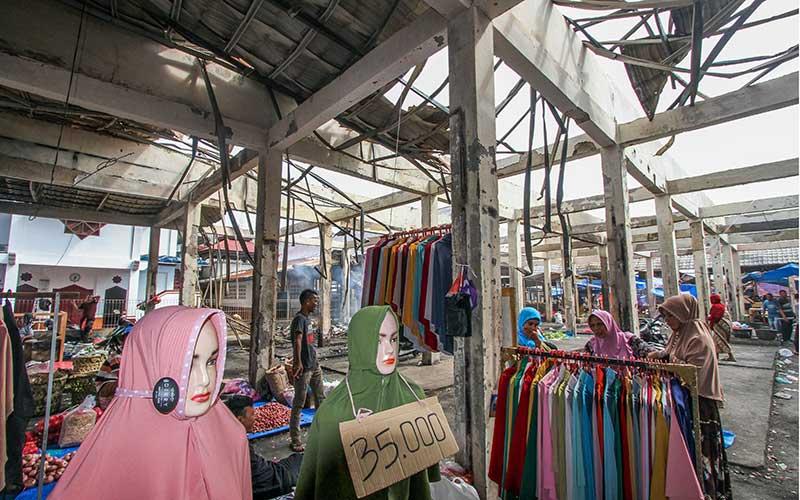 Sejumlah pedagang berjualan di lapak bekas kebakaran Pasar Inpres Lhokseumawe, Aceh, Senin (13/7/2020). Pedagang tersebut bersikeras membuka lapak dagangan di bekas kebakaran pasar sebagai aksi menolak direlokasi, pascakebakaran 200 unit lapak dan kios pada Kamis (9/7) lalu. ANTARA FOTO/Rahmad