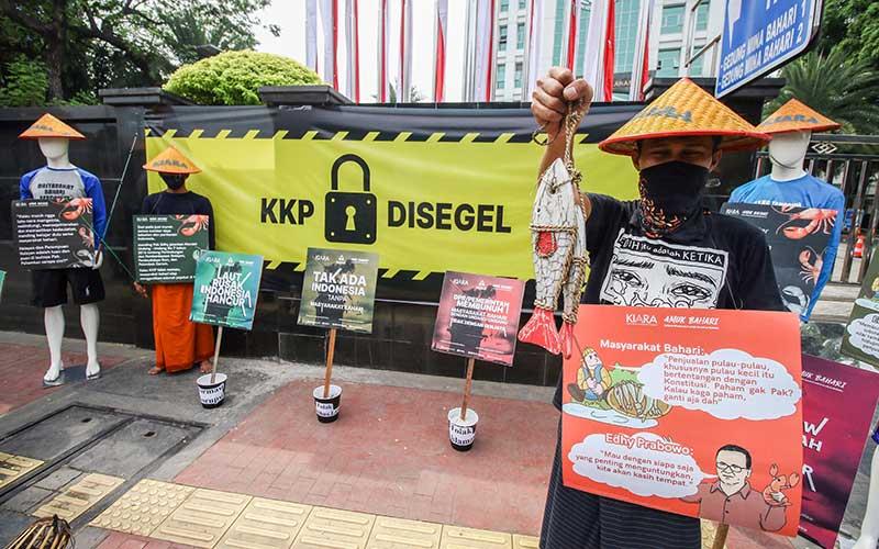 Aktivis dari Koalisi Rakyat untuk Keadilan Perikanan melakukan aksi di depan Gedung KKP, Jakarta, Senin (13/7/2020). Mereka mempertanyakan komitmen kebijakan Menteri Kelautan dan Perikanan Edhy Prabowo yang dinilai tidak berpihak kepada nelayan tradisional, nelayan kecil, pembudidaya ikan dan aktor perikanan rakyat lainnya. ANTARA FOTO/Rivan Awal Lingga