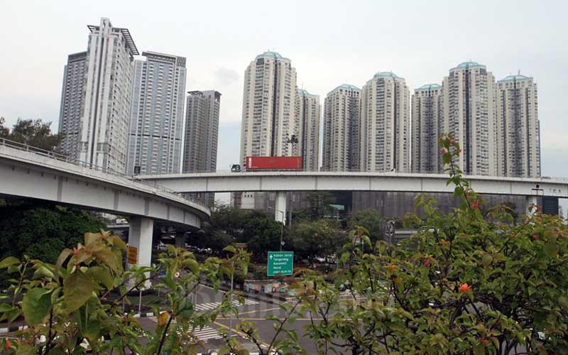 Deretan apartemen mewah di kawasan Jakarta Barat, Senin (13/7/2020). Pengembang properti mulai mengalami peningkatan penjualan seiring dengan adanya sentimen positif seperti pelonggaran pembatasan sosial dan menatap fase kenormalan baru atau new normal. Bisnis/Dedi Gunawan