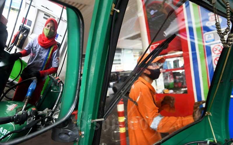 Petugas melakukan pengisian bahan bakar di stasiun pengisian bahan bakar umum (SPBU) di Jakarta, Senin (13/7/2020). Bisnis/Abdurachman