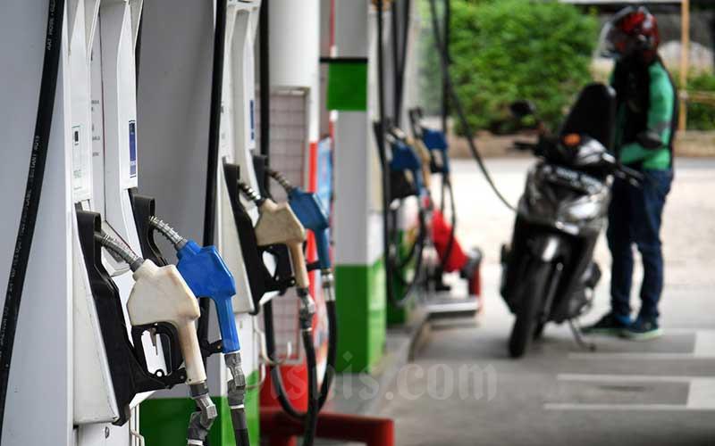 Pengendara motor melakukan pengisian bahan bakar di stasiun pengisian bahan bakar umum (SPBU) di Jakarta, Senin (13/7/2020). Bisnis/Abdurachman