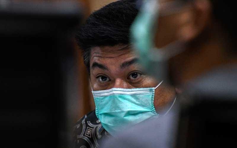 Terdakwa Komisaris Utama PT Trada Alam Minera (TRAM) Heru Hidayat mendengarkan keterangan saksi pada sidang lanjutan kasus korupsi pengelolaan keuangan dan dana investasi PT Asuransi Jiwasraya di Pengadilan Tipikor, Jakarta, Senin (13/7/2020). ANTARA FOTO/M Risyal Hidayat
