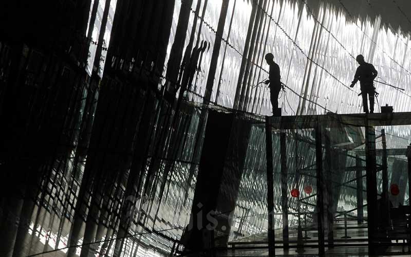 Pekerja beraktivitas di Terminal 3 Bandara Soekarno-Hatta, Tangerang, Selasa (14/7/2020). Ketua Umum Asosiasi Pengusaha Indonesia (Apindo) Hariyadi Sukamdani mengatakan jumlah pekerja terdampak Covid-19 yang dihimpun Kemenaker jauh berbeda dengan data asosiasi. Bisnis/Himawan L Nugraha