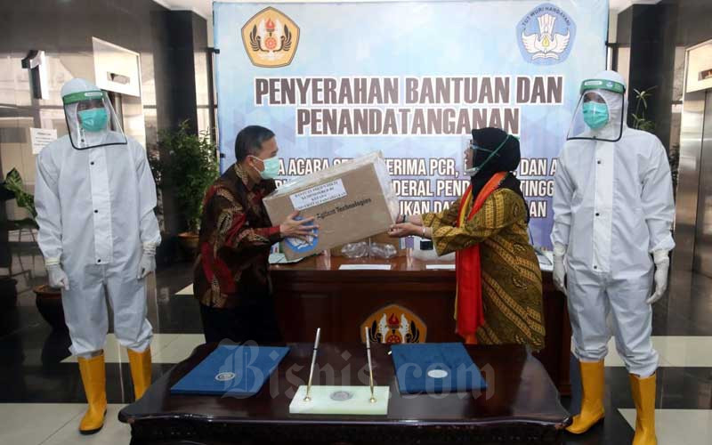 Wakil Rektor Bidang Organisasi dan Perencanaan Universitas Padjadjaran (Unpad) Yanyan M. Yani (kedua kiri) dan Sekretaris Direktorat Jenderal Pendidikan Tinggi (Ditjen Dikti) Kementerian Pendidikan dan Kebudayaan (Kemendikbud) Paristiyanti Nurwardani (kedua kanan) saat acara serah terima bantuan di Bandung, Jawa Barat, Selasa (14/7/2020). Bisnis/Rachman