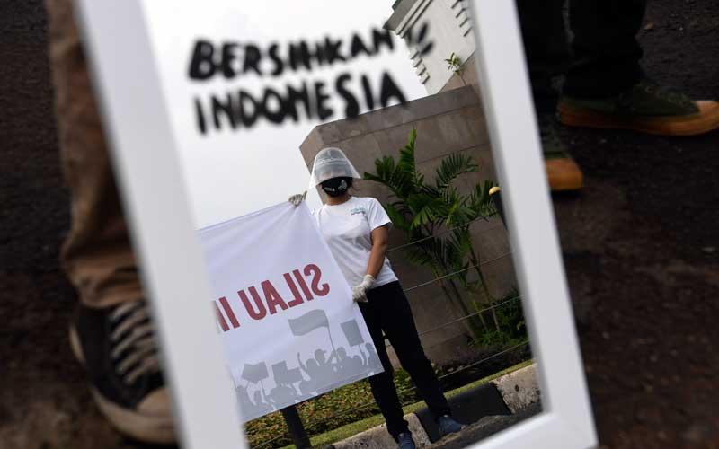 Aktivis Gerakan #BersihkanIndonesia membawa cermin saat mengikuti aksi di depan kompleks Parlemen, Senayan, Jakarta, Selasa (14/7/2020). Aksi tersebut untuk menolak Omnibus Law RUU Cipta Kerja. ANTARA FOTO/Wahyu Putro A
