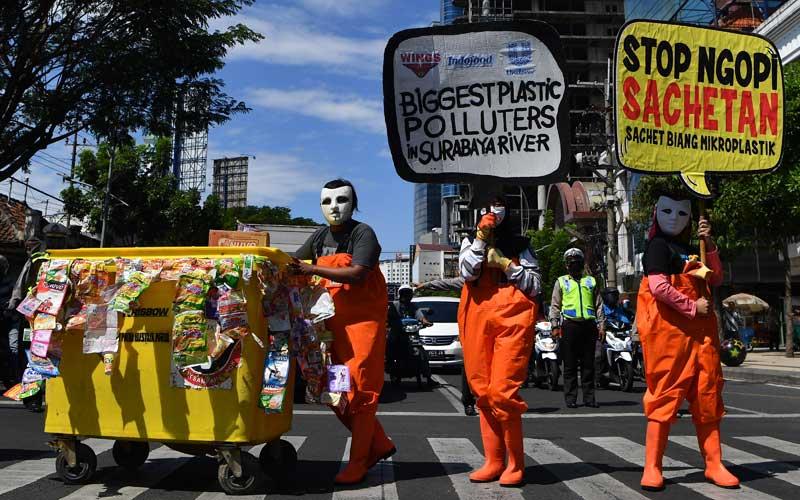 Sejumlah aktivis lingkungan yang tergabung dalam Ecoton membentangkan poster saat aksi di Surabaya, Jawa Timur, Selasa (14/7/2020). Dalam aksinya mereka menyerukan agar pemerintah membatasi atau melarang pemakaian plastik sekali pakai dan menyediakan tempat sampah khusus jenis sampah residu. ANTARA FOTO/Zabur Karuru