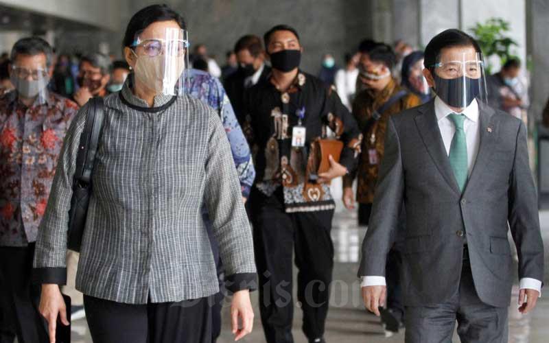 Menteri Keuangan Sri Mulyani Indrawati (kiri) dan Menteri PPN/Kepala Bappenas Suharso Monoarfa (kanan) usai menghadiri Rapat Paripurna DPR ke-18 Masa Persidangan IV Tahun 2019-2020 di Kompleks Parlemen, Jakarta, Selasa (14/7/2020). Bisnis/Himawan L Nugraha