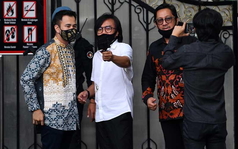 Aktor Raffi Ahmad (kiri), Andre Taulany (kanan) dan penyanyi Ari Lasso berbincang seusai bertemu Presiden Joko Widodo di kompleks Istana Kepresidenan, Jakarta, Selasa (14/7/2020). Kedatangan sejumlah artis, penyanyi, penggiat media sosial dan seniman tersebut diminta membantu sosialisasi protokol kesehatan dan bahaya Covid-19 kepada masyarakat. ANTARA FOTO/Sigid Kurniawan