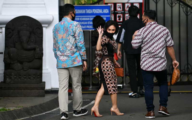 Penyanyi Yuni Sara melambaikan tangannya sebelum bertemu dengan Presiden Joko Widodo di kompleks Istana Kepresidenan, Jakarta, Selasa (14/7/2020). Kedatangan sejumlah artis, penyanyi, penggiat media sosial, dan seniman ke Istana tersebut untuk diminta membantu menyosialisasikan protokol kesehatan dan bahaya Covid-19 kepada masyarakat. ANTARA FOTO/Sigid Kurniawan
