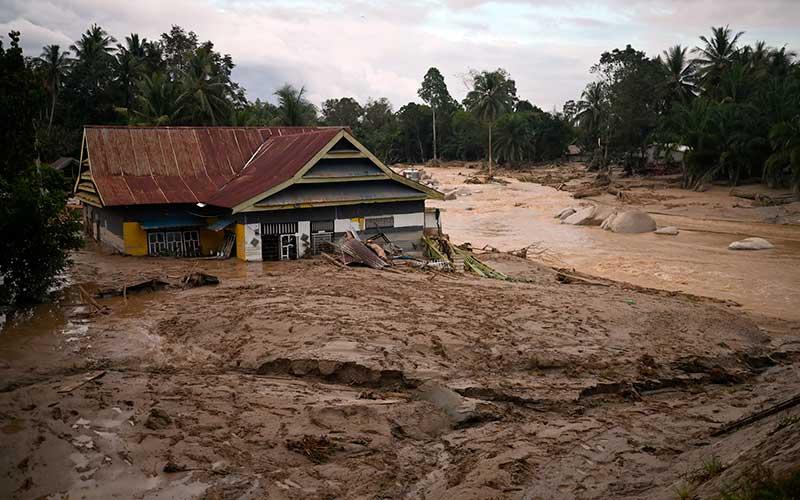 Sebuah rumah tenggelam lumpur akibat banjir bandang di Desa Radda, Kabupaten Luwu Utara, Sulawesi Selatan, Selasa (14/7/2020). Akibat banjir bandang tersebut mengakibatkan 10 orang meninggal dunia dan ratusan rumah tertimbun lumpur. ANTARA FOTO/Hariandi Hafid