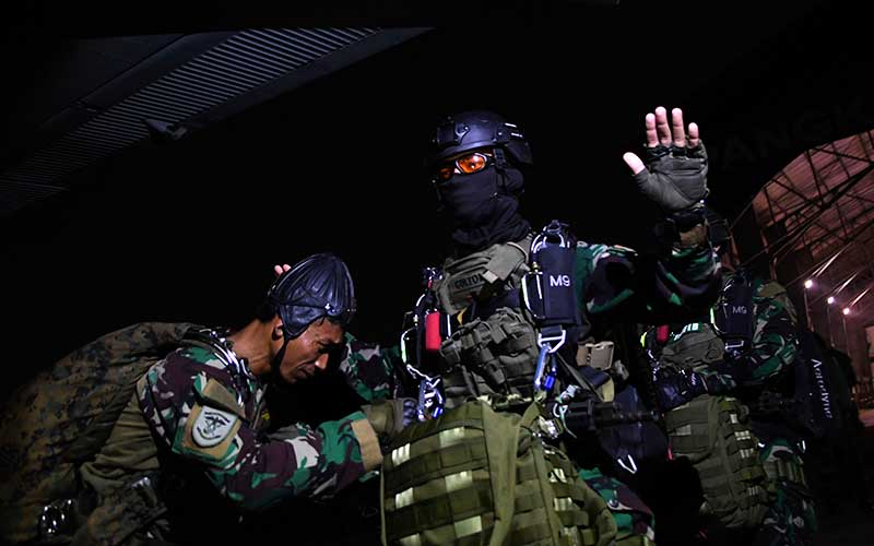 Sejumlah Prajurit Batalyon Intai Amfibi 1 Korps Marinir TNI AL bersiap melakukan terjun tempur (junpur) malam dari pesawat udara Cassa NC-212 U6205 Skuadron Udara 600 Wing Udara 2 Puspenerbal di atas Pangkalan Udara TNI Angkatan Laut (Lanudal) Jakarta, Pondok Cabe, Tangerang Selatan, Banten, Selasa (14/7/2020). ANTARA FOTO/M Risyal Hidayat