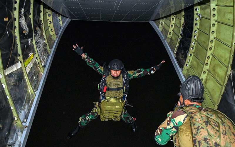 Prajurit Batalyon Intai Amfibi 1 Korps Marinir TNI AL melakukan terjun tempur (junpur) malam dari pesawat udara Cassa NC-212 U6205 Skuadron Udara 600 Wing Udara 2 Puspenerbal di atas Pangkalan Udara TNI Angkatan Laut (Lanudal) Jakarta, Pondok Cabe, Tangerang Selatan, Banten, Selasa (14/7/2020). ANTARA FOTO/M Risyal Hidayat