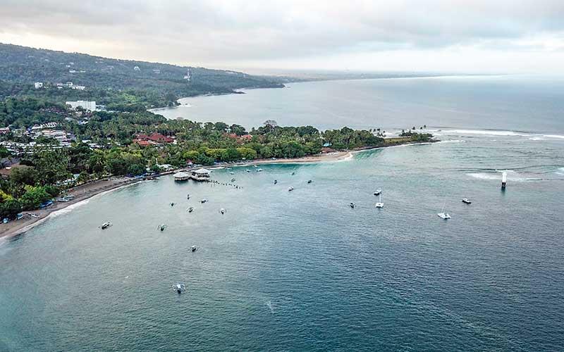 Foto udara kawasan destinasi wisata pantai Senggigi di Kecamatan Batulayar, Lombok Barat, NTB, Rabu (15/7/2020). Pulau Lombok dan Bali masuk sepuluh pulau terbaik Asia dalam ajang 'World's Best Awards'. ANTARA FOTO/Ahmad Subaidi/aww.