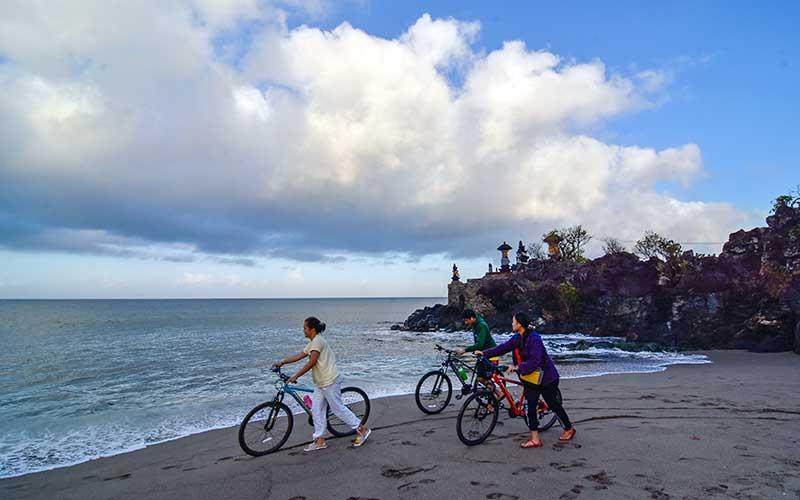 Sejumlah pengunjung menikmati suasana pantai Batu Bolong di Senggigi, Kecamatan Batulayar, Lombok Barat, NTB, Rabu (15/7/2020). Pulau Lombok dan Bali masuk sepuluh pulau terbaik Asia dalam ajang 'World's Best Awards. ANTARA FOTO/Ahmad Subaidi