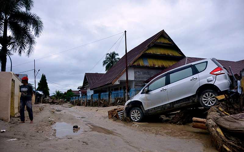 Sebuah mobil terseret banjir bandang di Kecamatan Masammba, Kabupaten Luwu Utara, Sulawesi Selatan, Rabu (15/7/2020). ANTARA FOTO/Abriawan Abhe