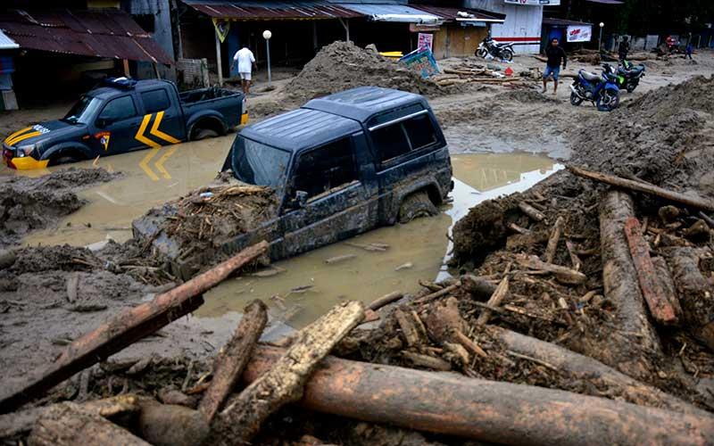 Kondisi rumah dan mobil yang tertimbun lumpur akibat terjangan banjir bandang di Kecamatan Masammba, Kabupaten Luwu Utara, Sulawesi Selatan, Rabu (15/7/2020). ANTARA FOTO/Abriawan Abhe