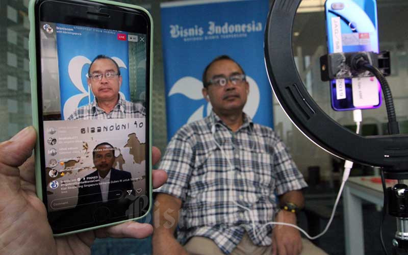 Content Manager Bisnis Indonesia Inria Zulfikar memandu jalannya diskusi dengan Duta Besar Republik Indonesia untuk Singapura I Gede Ngurah Swajaya melalui live Instagram di Jakarta, Rabu (15/7/2020). Diskusi  tersebut antara lain membasas  Kiat Reopening Singapura. Bisnis/Dedi Gunawan