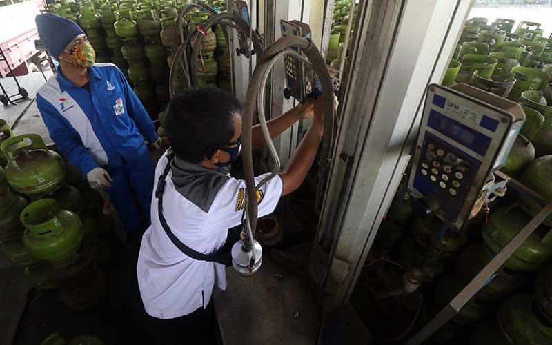 Petugas Dinas Perindustrian dan Perdagangan memasang segel pengaman pada alat pengisian elpiji 3 kilogram saat tera ulang takaran bahan bakar gas di salah satu SPBE di Kota Kediri, Jawa Timur, Rabu (15/7/2020). Tera ulang tersebut bertujuan memastikan ketepatan takaran elpiji bersubsidi guna melindungi masyarakat dari praktik curang SPBE. ANTARA FOTO/Prasetia Fauzani