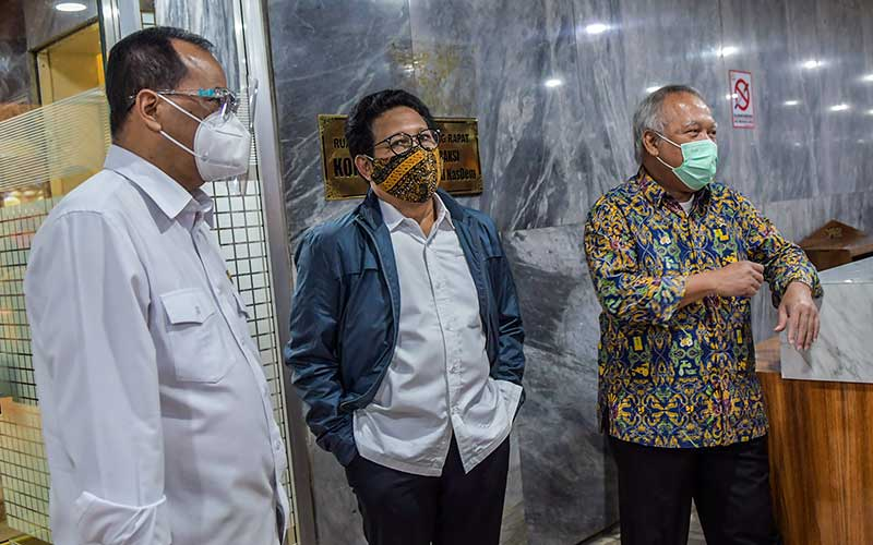 Menteri Perhubungan Budi Karya Sumadi (kiri), Menteri Desa, Pembangunan Daerah Tertinggal, dan Transmigrasi (PDTT) Abdul Halim Iskandar (tengah), Menteri PUPR Basuki Hadimuljono (kanan) berbincang sebelum mengikuti rapat kerja bersama Komisi V DPR di Kompleks Parlemen Senayan, Jakarta, Rabu (15/7/2020). ANTARA FOTO/Galih Pradipta
