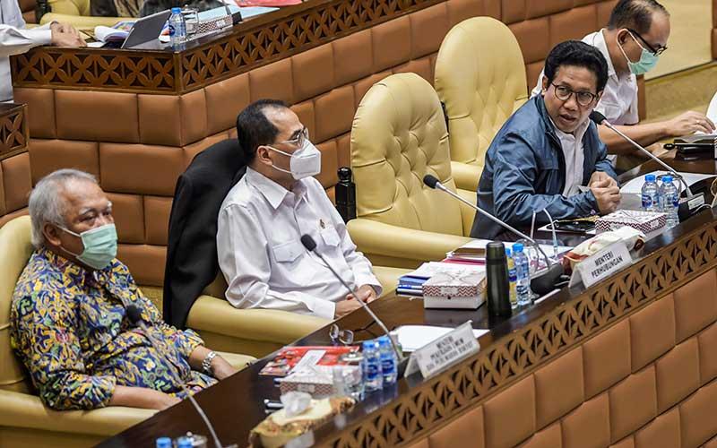Menteri PUPR Basuki Hadimuljono (kiri), Menteri Perhubungan Budi Karya Sumadi (tengah) dan Menteri Desa, Pembangunan Daerah Tertinggal, dan Transmigrasi (PDTT) Abdul Halim Iskandar (kanan) mengikuti rapat kerja bersama Komisi V DPR di Kompleks Parlemen Senayan, Jakarta, Rabu (15/7/2020). ANTARA FOTO/Galih Pradipta