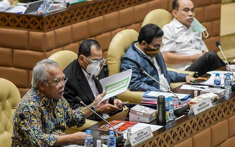 Menteri PUPR Basuki Hadimuljono (kiri), Menteri Perhubungan Budi Karya Sumadi (kedua) dan Menteri Desa, Pembangunan Daerah Tertinggal, dan Transmigrasi (PDTT) Abdul Halim Iskandar (kedua kanan) mengikuti rapat kerja bersama Komisi V DPR di Kompleks Parlemen Senayan, Jakarta, Rabu (15/7/2020). ANTARA FOTO/Galih Pradipta